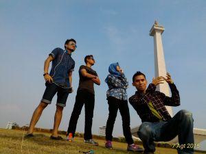 4 cowok berfoto di depan Monas (-_-'') Beginilah kalo tomboy.