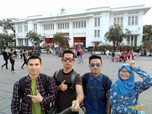 Foto di depan Gedung Kantor Pos Indonesia